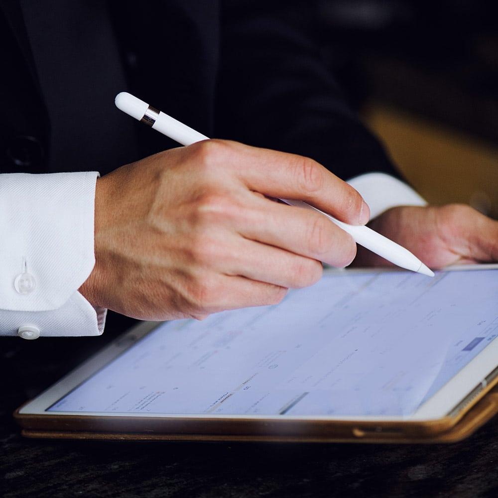 Manos-que-firman-un-contrato-terapeutico